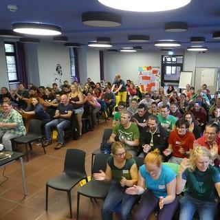 Kurze Lockerungsaktion im Plenum - Foto: JDAV/Julian Robertz