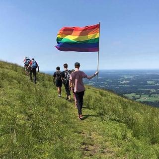 Mit der Regenbogenflagge in den Bergen, Foto: Lukas Reußner