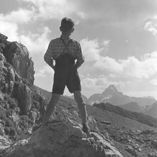 Historisch: Junge mit Lederhosen in den Bergen. Foto: JDAV / Hannes Boneberger