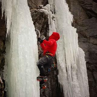 Eiskletterer an einem vereisten Wasserfall. Foto: JDAV / Markus Fleischmann