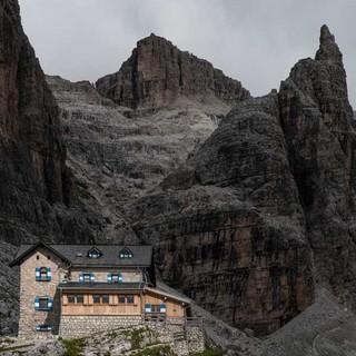Das Rifugio Tuckett im nördlichen Teil der zentralen Brenta ist wichtige Anlaufstelle für Klettersteigaspiranten. Foto: Ralf Gantzhorn