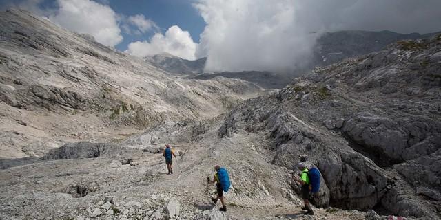 Totes Gebirge: Die riesige Karstfläche wird zwar nur am Rand durchquert, doch selbst diese Strecke beschäftigt einen halben Tag lang. Foto: Iris Kürschner