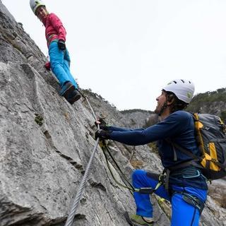 Eine neue Norm für Klettersteigsets erhöht ab Mitte diesen Jahres die Sicherheit für alle Klettersteiggeher. Foto: W. Ehn