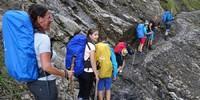 Schülergruppe auf dem Weg zur Kemptener Hütte