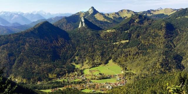 Blick vom Setzberg auf Kreuth mit Hausberg Leonhardstein.