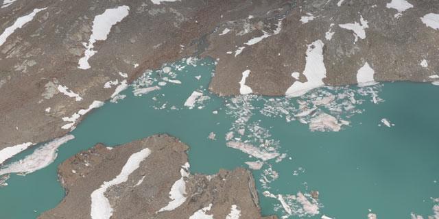 Fletschbachkees - Eiszeit: Arktische Assoziationen weckt der Tiefblick vom Lenkstein auf den kleinen See bei den Resten des Fletschbachkees.