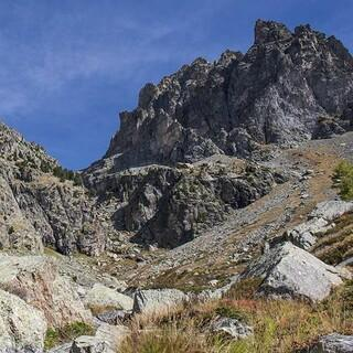 Wildnisgefühle: Von Süden wirkt der Monviso noch steiler und unzugänglicher. Foto: Stefan Neuhauser