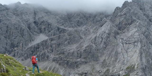 Felsige Wildnis: Kein Durchkommen scheint zu sein durch die Wände der Braunarlspitze – es löst sich dann doch auf. Foto: Stefan Herbke