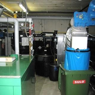 Technikraum der Olpererhütte: BHKW und Müllpresse, Foto: Archiv DAV