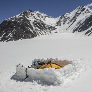 Basislager auf 5100m mit dem Koh-e-Wakhan im Hintergrund&#x3B; © Steffen Graupner