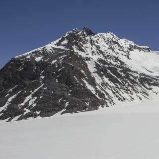 Basislager auf 5100m mit dem Koh-e-Wakhan im Hintergrund; © Steffen Graupner