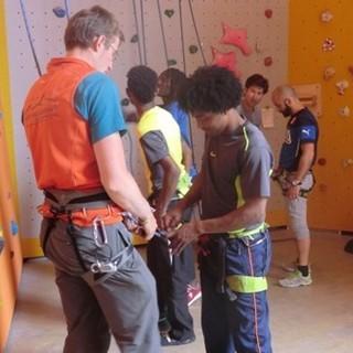 Interkulturelle Jugendgruppe in der Kletterhalle beim Partnerscheck. Foto: Archiv DAV