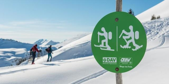 Hinweisschilder für Skitouren- und Schneeschuhgeher. Foto: DAV/Daniel Hug