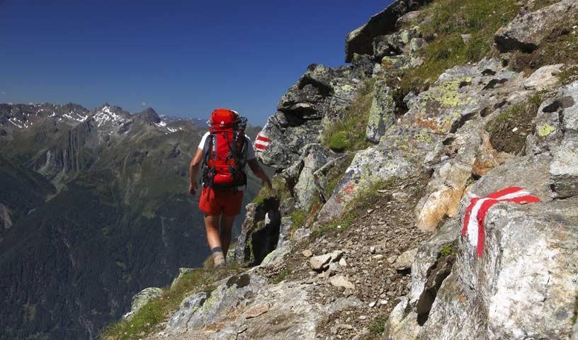 Ausgesetzt führt der Oltroggeweg durch die Steilflanken über dem Ötztal - Foto: Mark Zahel
