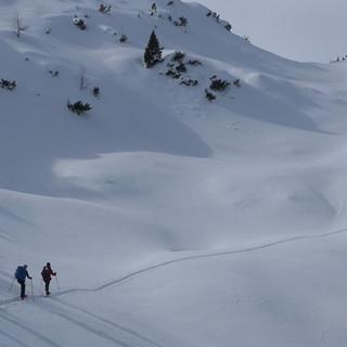 .... und so aus der Totalen: Weitläufige Abgeschiedenheit im Schnee. Foto: Thomas Krobbach