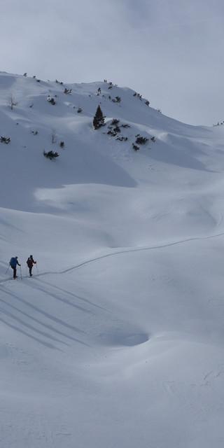 Auf dem Weg zum Lumberger Grat herrscht weitläufige Abgeschiedenheit im Schnee. Foto: Thomas Krobbach