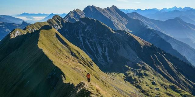 Gehen, gehen, gehen – und rundum freie Sicht. Die Zweitagestour über den Brienzergrat ist ein Erlebnis für sich. Foto: Bernd Jung