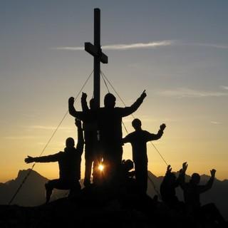 Gruppe bei Sonnenuntergang am Gipfel. Foto: Dominik Dern