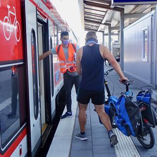 Zusätzlicher Sommer-Service in Bayern: Fahrradlots*innen unterstützen bei Bahnreisen mit dem Rad. Foto: DB AG / Annett Wieking