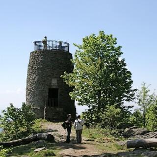 hirschenstein-mit-aussichtsturm-1095-m-