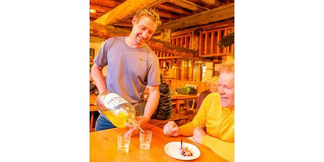 Der Hüttenwirt Guilhem Artieres am Plan du Lac testet die Standfestigkeit der Gäste mit selbstgemachtem Génépy. Foto: Iris Kürschner