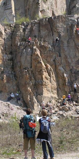 An manchen Felsen haben viele Kletterinnen und Kletterer Platz, an anderen weniger. Das wichtigste: miteinander reden. Foto: DAV/Steffen Reich