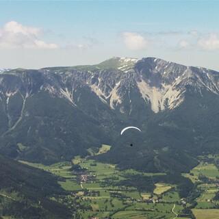 Ein Gleitschirmflieger vor dem Schneeberg, Foto: ServusTV/West4Media