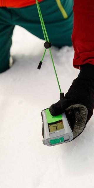 Bei der Feinsuche führt man das LVS-Gerät über die Schneedecke. Foto: DAV/Marco Kost