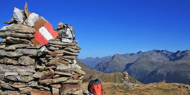 Pilgerbänder und Wegzeichen führen durch eine fantastische Bergwelt. Foto: Silvia Schmid