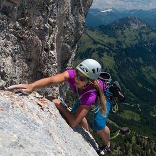 Das Fingerloch, das Fingerloch… Patricia macht sich lang, und die Lechtaler Alpen schauen ungerührt zu. Foto: Christian Pfanzelt