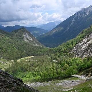 Ausblick aus der Felsnische. Foto: Hansruedi Weyrich/LBV