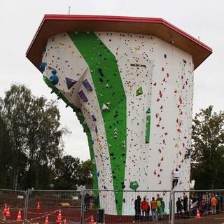 Über 16 Meter hoch, der neue wettkampftaugliche Kletterturm der DAV-Sektion Heilbronn. Bild: Tobias Müller
