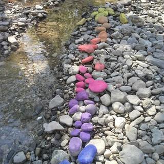 Bunter Pfeil aus Steinen gelegt. Foto: Bärbel Nuss.