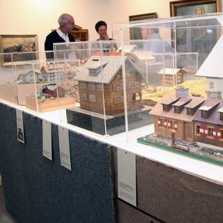 In der Ausstellung gibt es zahlreiche Hüttenmodelle zu sehen. Alpenferne Sektionen dien(t)en sie der Identifikation mit der so weit entfernten Hütte. Foto: Christine Frühholz