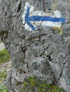 Klare Ansage: Gut markiert ist der Hochschereweg vom Faschinajoch; weiß-blau-weiß steht für alpinen Anspruch. Foto: Stefan Herbke
