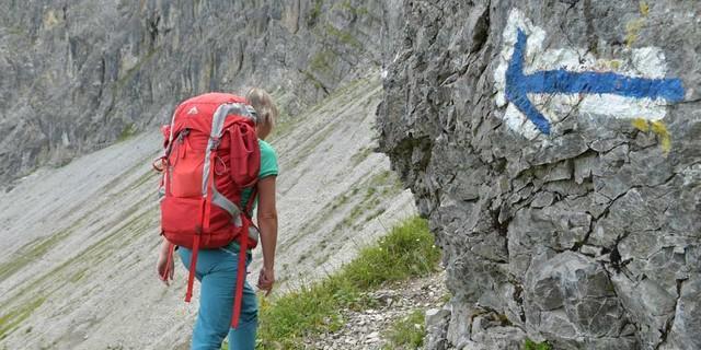 Klare Ansage: Gut markiert ist der Hochschereweg vom Faschinajoch&#x3B; weiß-blau-weiß steht für alpinen Anspruch. Foto: Stefan Herbke