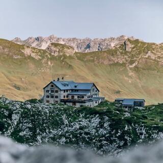 Die Hütte im Schatten der Berge Foto: Martin Erd