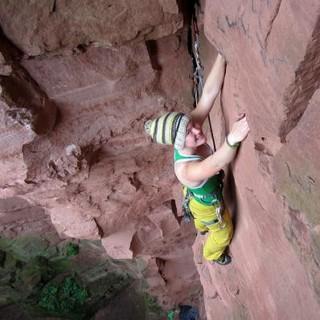 Kletterin im Vorstieg mit mobilen Sicherungsgeräten. Foto: Ingrid Taubert