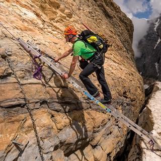 Eine Leiter erleichtert den Übergang vom Roten Band zum Gletscher beim Abstieg vom Tödi. Foto: Ralf Gantzhorn