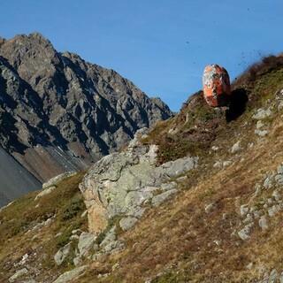 Künstlicher radförmiger Stein rollt den Hang hinab. Foto: Guillaume Meyrat, SLF