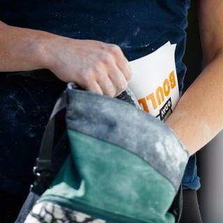 Mithilfe von Chalk (eng.: Kreide) haben Kletterer mehr Grip. Foto: DAV/Marco Kost