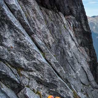 """<p>Auf großen Spuren: Im unteren Teil der """"Cassin"""" durch die Nordostwand des Piz Badile.</p>  <p>Foto: Ralf Gantzhorn</p>"""