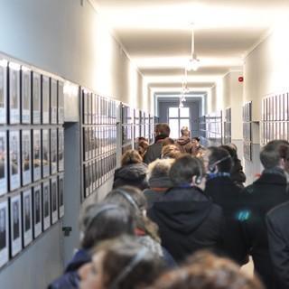 Museum Auschwitz&#x3B; Teilnehmer im Gang zwischen den Bildern der Opfer&#x3B; (c) Jonas Freihart