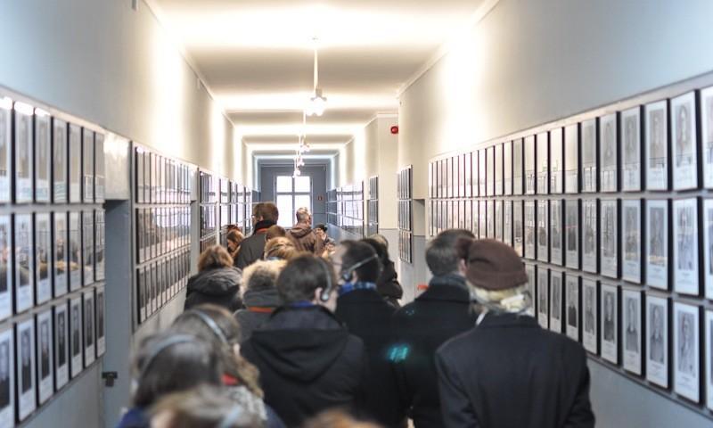 Museum Auschwitz; Teilnehmer im Gang zwischen den Bildern der Opfer; (c) Jonas Freihart