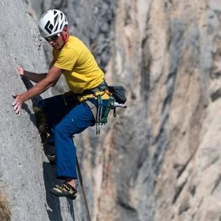 Darf's ein bisschen mehr sein? Harry vergnügt sich in einem plattigen Baseclimb am Wandfuß der Roten Flüh. Foto: Christian Pfanzelt