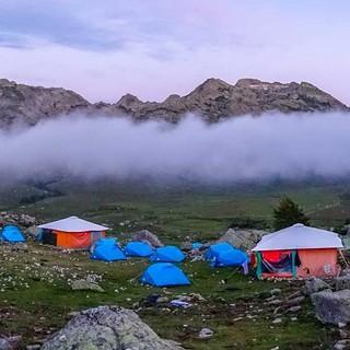 Ein Zeltlager mit Ambiente eines Hochlagers bei der Bergerie de Vaccaghia in einsamer Stille.