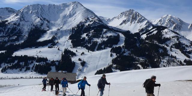 """Beim Aufstieg Richtung Schönkahler vom Berggasthof """"Zugspitzblick"""" liegen die Tannheimer Gipfel leider im Rücken. Foto: Thomas Krobbach"""