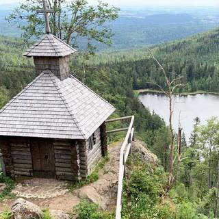 Die Rachelkapelle steht über dem Rachelsee, einem Relikt aus der Eiszeit. Foto: Joachim Chwaszcza