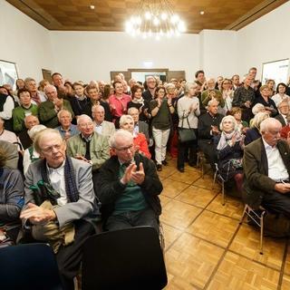Besucher:innen bei der Eröffnung im Festsaal des Alpinen Museums. Foto: Marco Kost