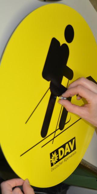 Aus alten Hinweisschildern werden neue DAV-Upcycling-Uhren. Foto: DAV/Julia Mrazek